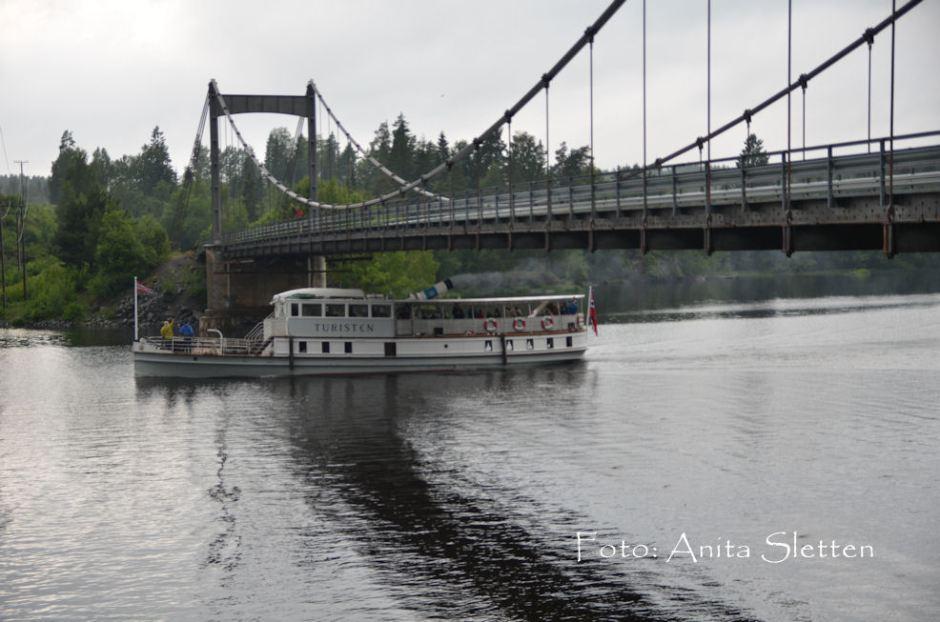Turisten går klar av Kroksundbrua på sin jomfrutur 29. juni 2012